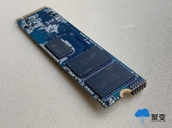 2TB PCIe SSD   TLC正渐渐成为主流的NAND FLASH闪存,加上第五代NANDXtend ECC技术,可将3D TLC NAND的P/E循环次数提高至原来的三倍,大大延长TLC SSD的使用寿命并确保数据的完整性。   接下来我们就对这款搭载了慧荣科技SM2262EN主控芯片的PCIe SSD进行性能上的检测,来看看这款2TB的SSD究竟有多强。测试的平台,处理器是英特尔Core i7 8086k,六核心十二线程,默认频率4.